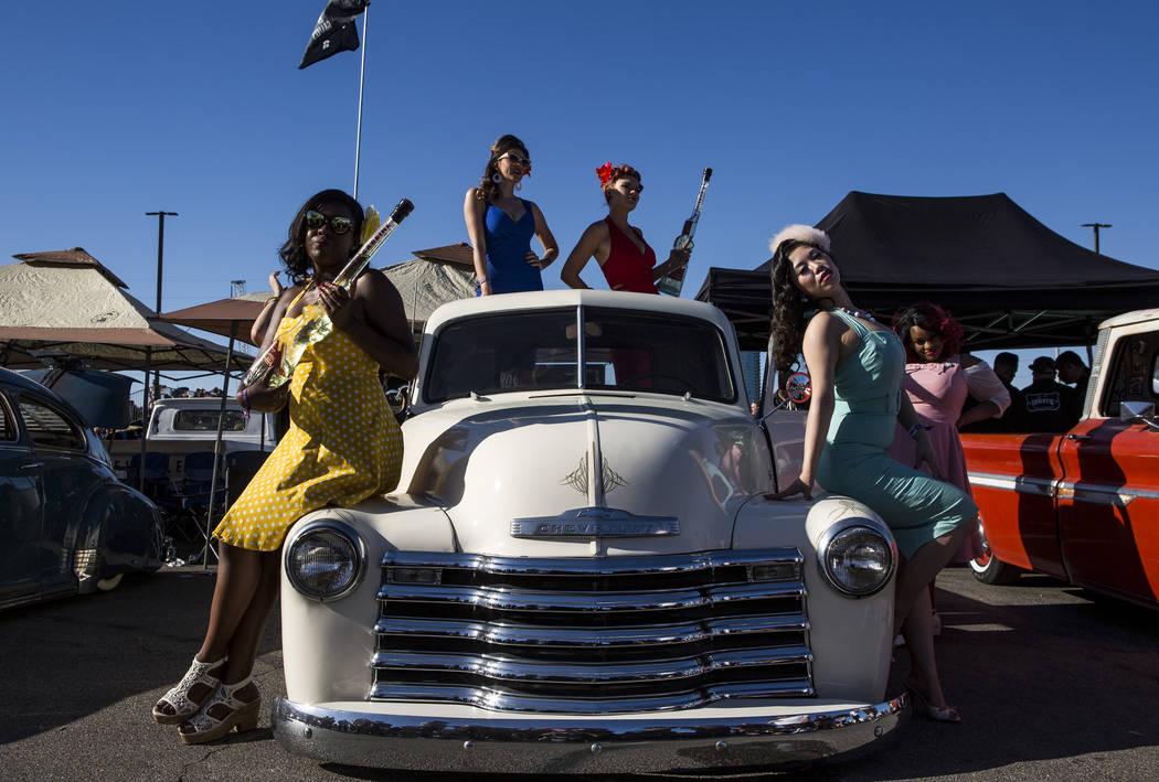 Mujeres vestidas, desde la izquierda, Maria Bryant, Cherri Forever, Roxi Rocket, Sugar Moon y Susie Dahl posan con una clásica camioneta Chevrolet en Viva Las Vegas en The Orleans el sábado 21 d ...