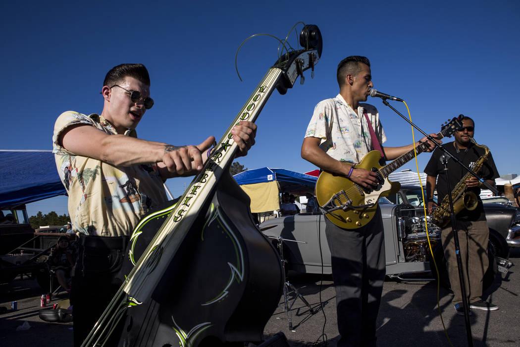 Una banda llamada The Centuries, incluyendo a Zander Griffith de Rayford Bros, izquierda, Bert Avalos, centro, y Nigel Stoll, a la derecha, actúan en Viva Las Vegas en The Orleans el sábado 21 d ...