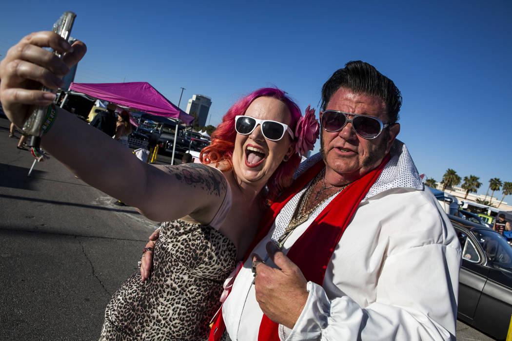 """Carrie McBride de Oklahoma City toma una selfie con Patrick """"P.J."""" Anderson de Mesquite, que se vistió como Elvis, en Viva Las Vegas en The Orleans el sábado 21 de abril de 2018. Patrick Connoll ..."""