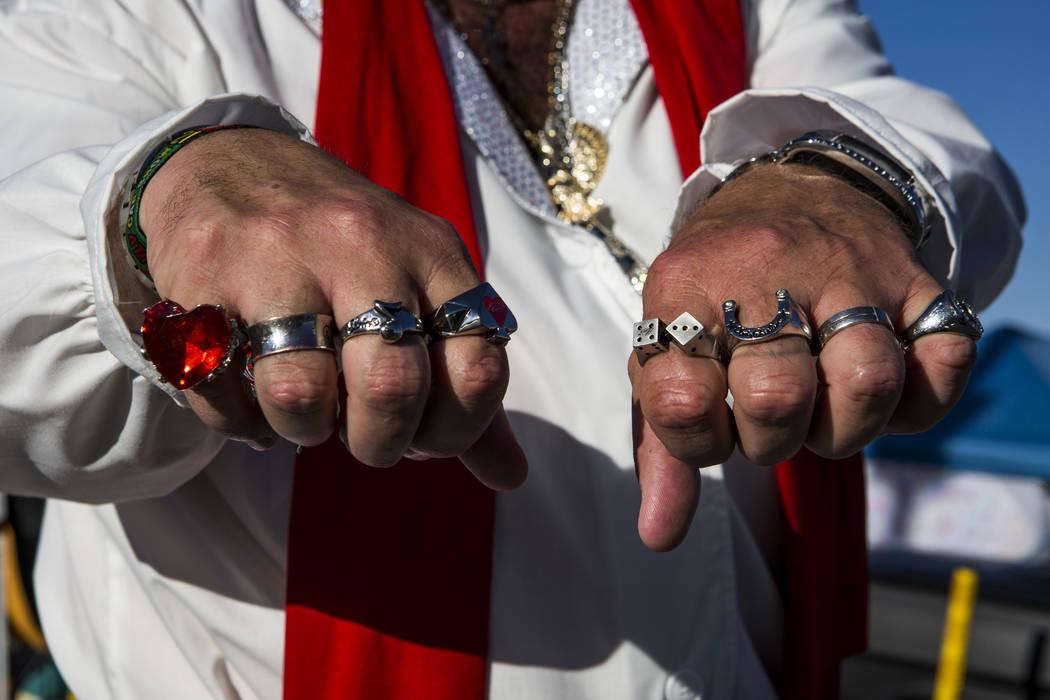 """Patrick """"P.J."""" Anderson de Mesquite, vestido como Elvis, muestra sus joyas, réplicas de anillos que Elvis usó, en Viva Las Vegas en The Orleans el sábado 21 de abril de 2018. Patrick Connolly L ..."""
