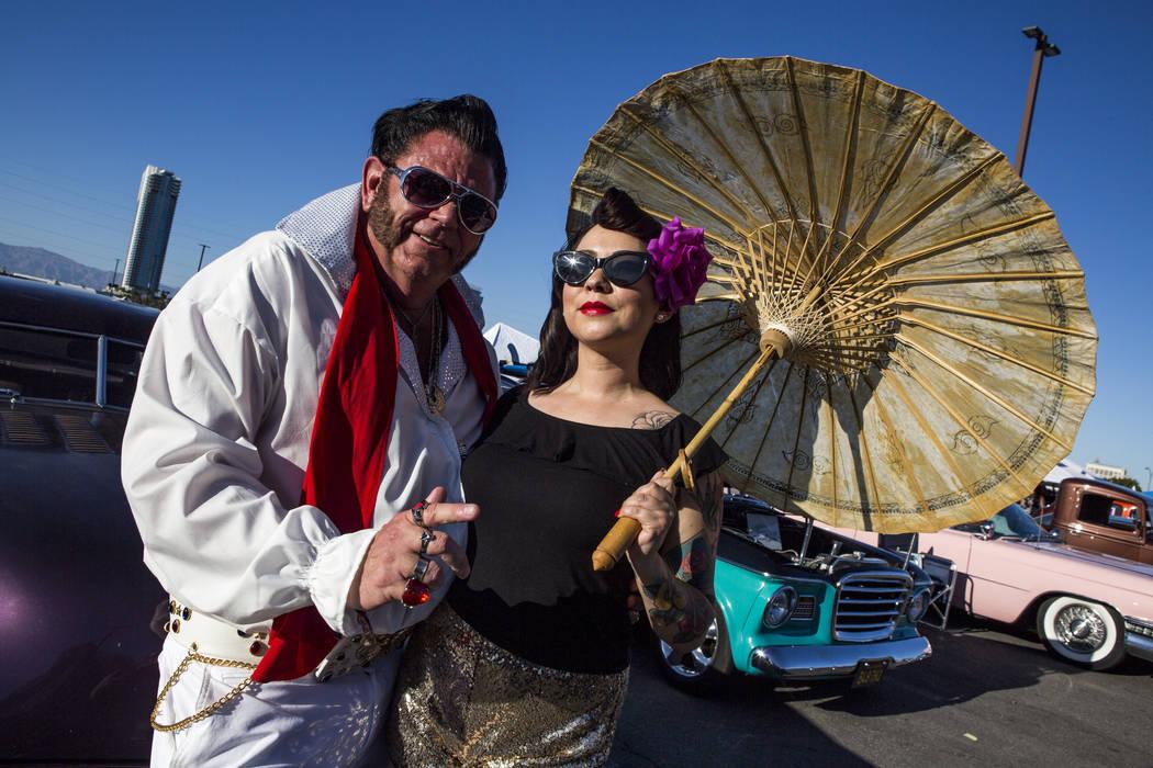 """Patrick """"P.J."""" Anderson de Mesquite, vestido como Elvis, se para frente a los autos clásicos con Yaya Ibarra de San Diego en Viva Las Vegas en The Orleans el sábado 21 de abril de 2018. Patrick ..."""