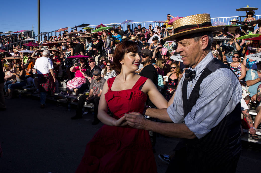 Katrina Kroetch y Scotty Hopkins, ambos visitando desde California, bailan al ritmo de la música rockabilly en Viva Las Vegas en The Orleans el sábado 21 de abril de 2018. Patrick Connolly Las V ...