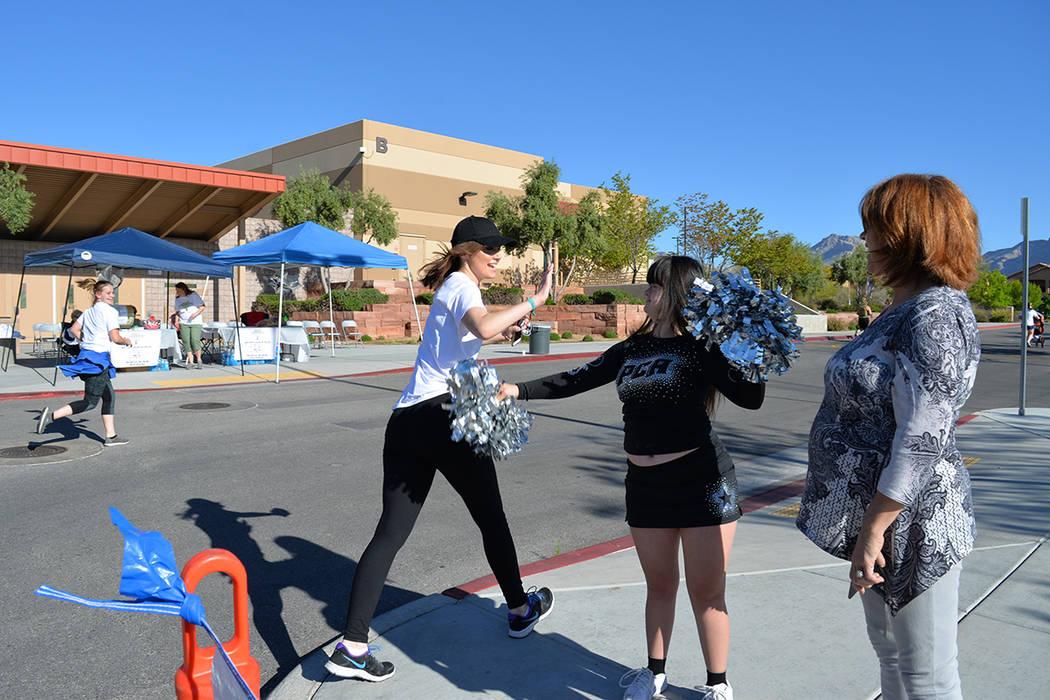 Las estudiantes de élite saludaron a la niña Randi Ann. Sábado 21 de abril de 2018, en la escuela West Career Tech Academy. (Foto Frank Alejandre / Tiempo)