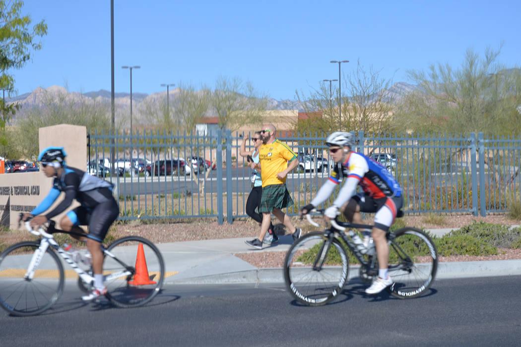 Muchos ciclistas formales recorren las calles de Summerlin, al oeste de la ciudad. En la foto escoltan a un par de corredores. Sábado 21 de abril de 2018, en la escuela West Career Tech Academy. ...