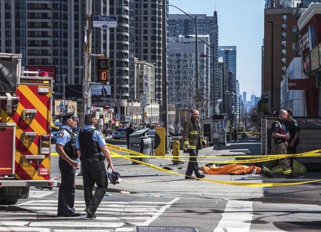 Un cuerpo yace cubierto en la acera de Toronto después de que una camioneta se estalló en una acera chocando contra varios peatones el lunes 23 de abril de 2018. Aparentemente, una camioneta sal ...
