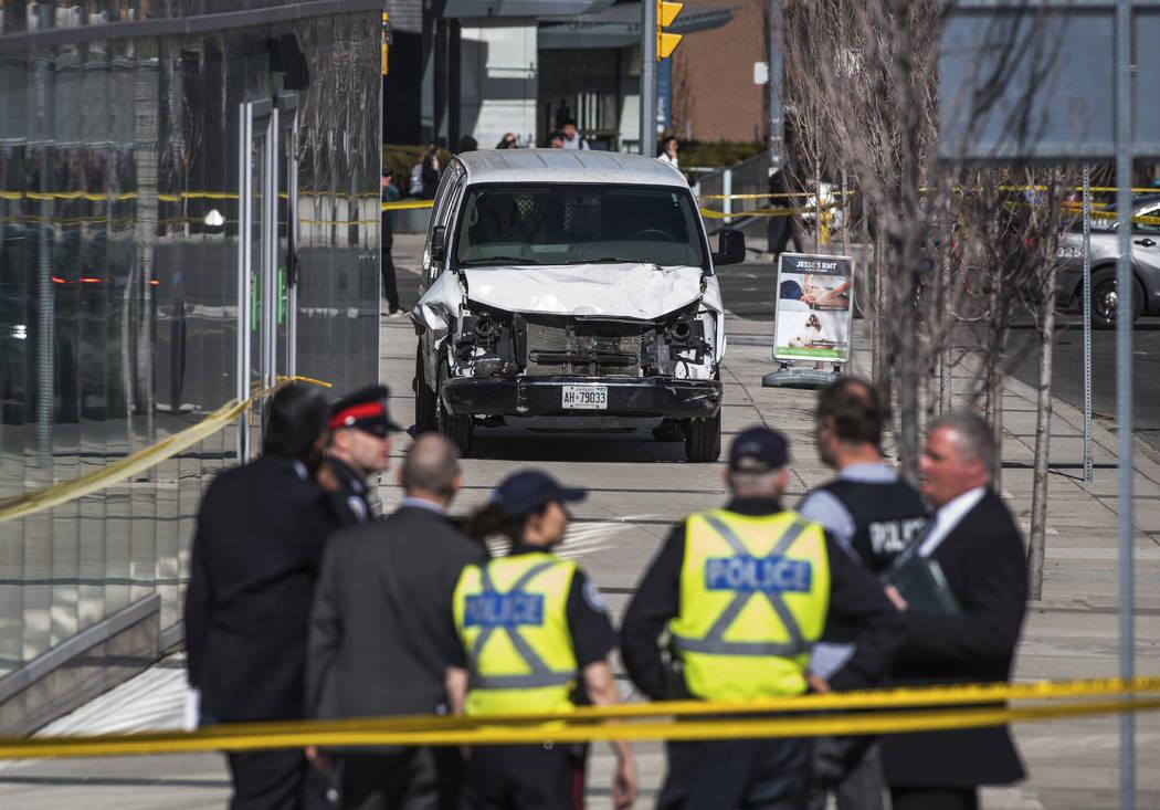 Se ve a la policía cerca de una camioneta dañada después de que la misma se estrellara en una acera chocando contra peatones en Toronto el lunes 23 de abril de 2018. La camioneta aparentemente ...