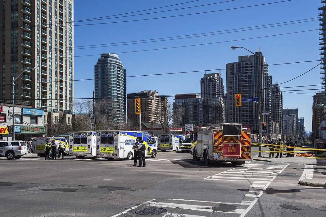 Una camioneta saltó un bordillo en una intersección de Toronto y mató al menos a diez e hirió a otros 16 peatones el lunes 23 de abril de 2018. (Aaron Vincent Elkaim / The Canadian Press vía AP)
