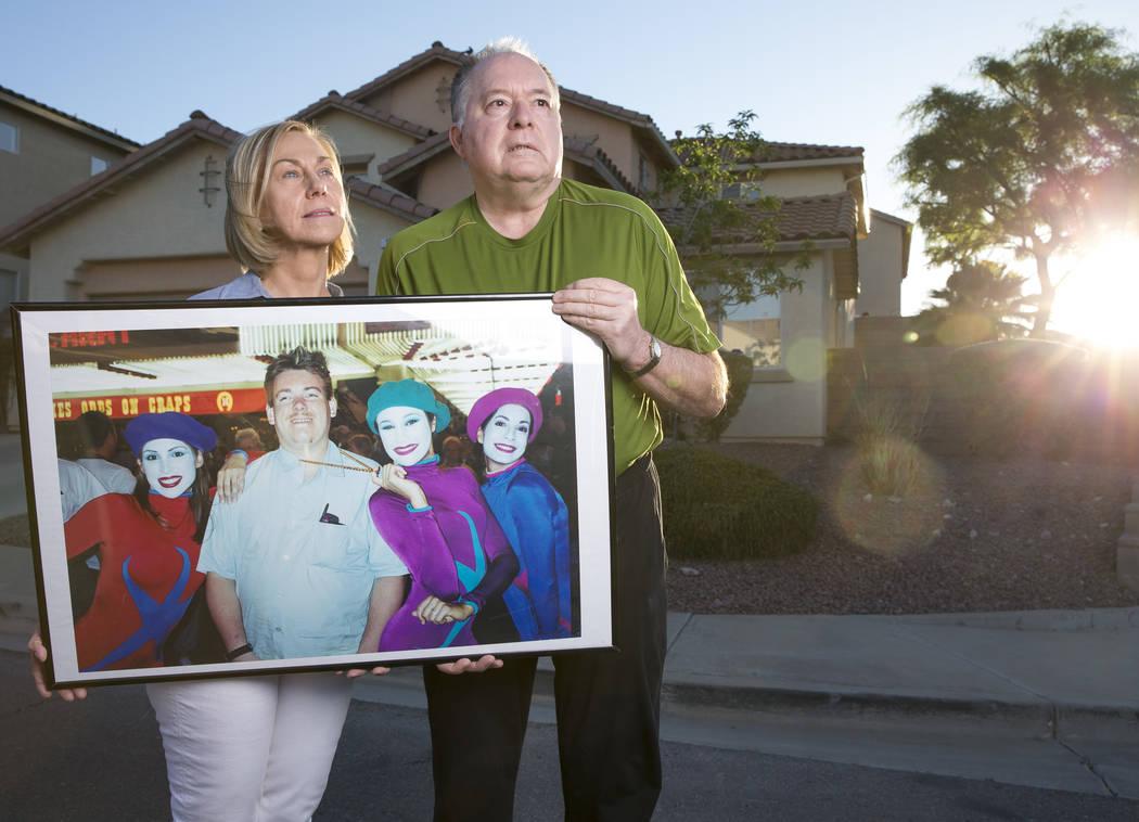 Wayne Bernath y su esposa, Peggy Bernath, tienen una fotografía de su hijo de 37 años, Wayne Bernath, quien murió en diciembre por gripe fuera de su casa en Henderson el lunes 23 de abril de 20 ...
