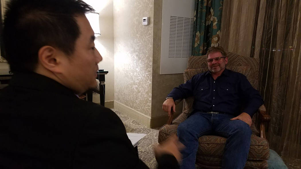 "Charlie Minn, izquierda, entrevista a Randy Rau en el documental ""A Nightmare in Las Vegas"". (Dreamscape Media)"