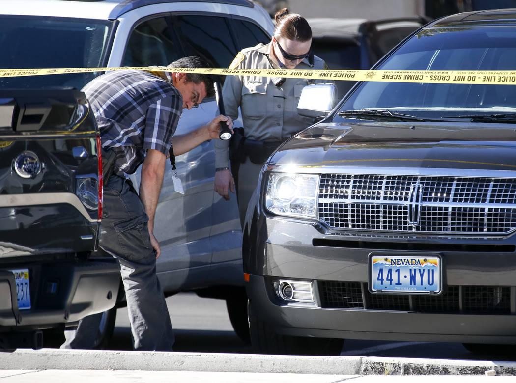 La policía investiga la escena donde una menor sufrió heridas graves después de ser atropellada por un vehículo en el estacionamiento de un centro de pediatría cerca de South Buffalo Drive y ...
