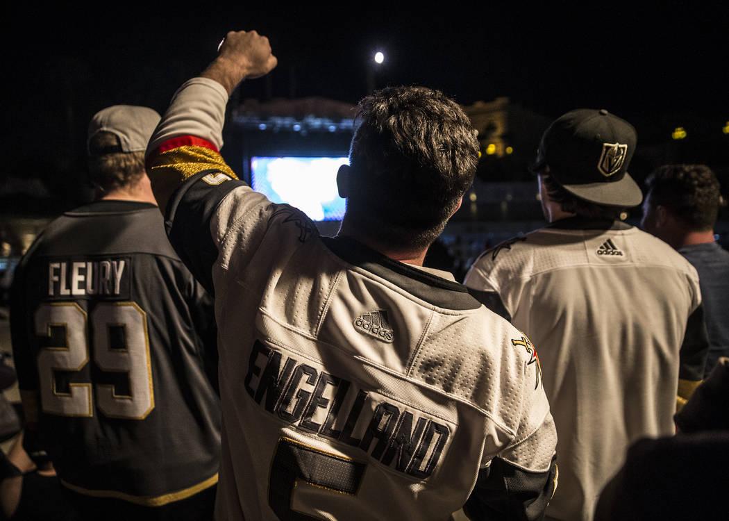 Los fanáticos de los Golden Knights celebran en una fiesta en el hotel-casino Mandalay Bay después de que Vegas derrotara a Los Angeles Kings 1 a 0 para completar la barrida de cuatro juegos y p ...
