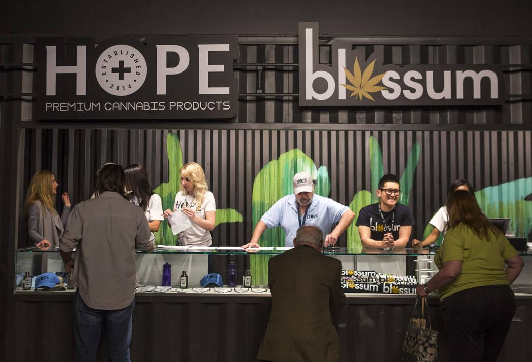 Los clientes exploran una selección de productos de cannabis en el recientemente inaugurado Mercado de la Marihuana Subterránea en Acres Dispensary el viernes 23 de abril de 2018. Patrick Connol ...