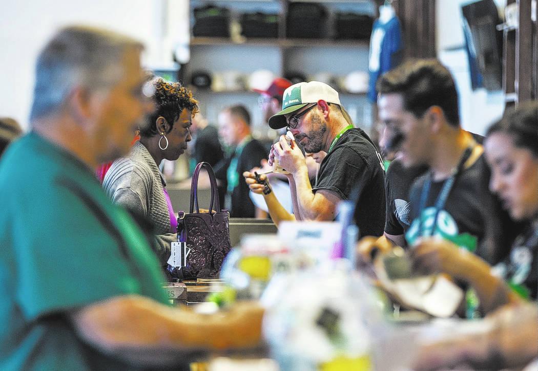 Los clientes prueban los productos de cannabis en Nuwu Cannabis Marketplace el viernes 23 de abril de 2018. Patrick Connolly Las Vegas Review-Journal @PConnPie