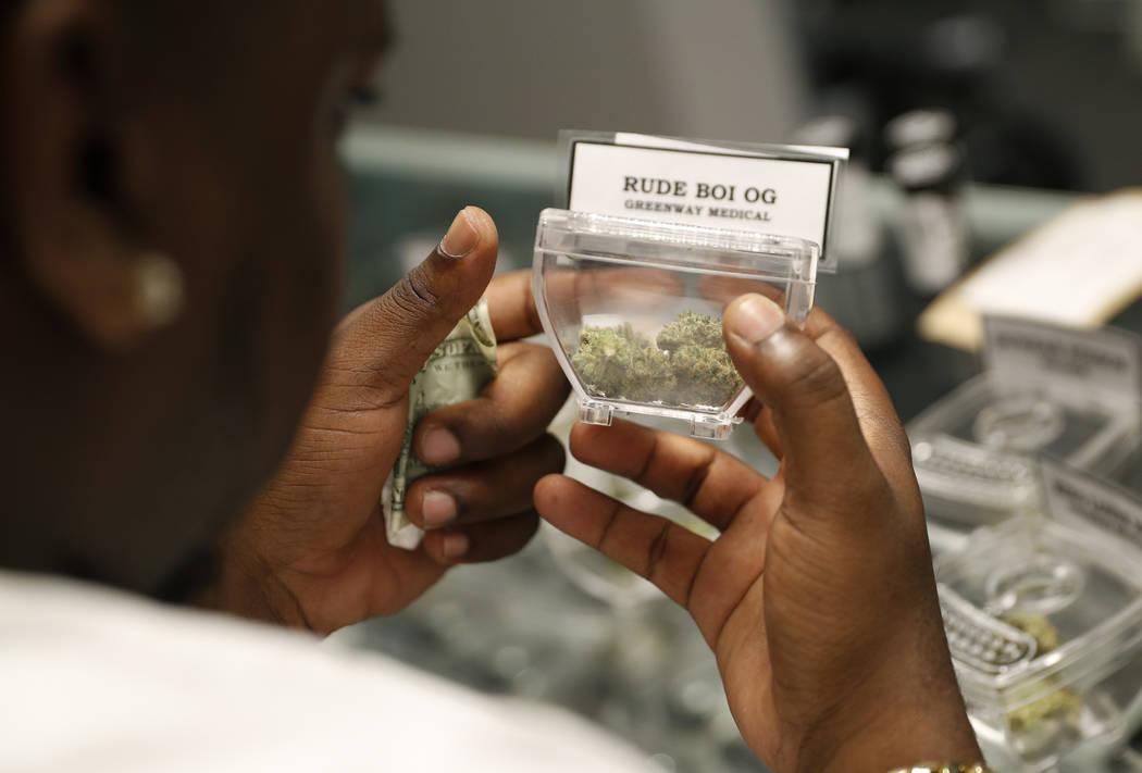 Un cliente compra marihuana en el dispensario Exhale Nevada, el viernes 20 de abril de 2018 en Las Vegas. El 20 de abril, o el 4/20, es el código numérico para las vacaciones festivas de la mari ...