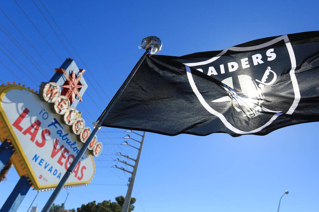 Una bandera de los Raiders sopla en el viento durante un día de fiesta para los Raiders en el cartel de bienvenida a Las Vegas el sábado 29 de abril de 2017 en Las Vegas. Brett Le Blanc Las Vega ...