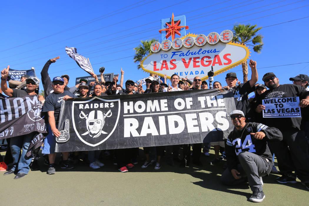 Los fanáticos celebran a los Raiders en su mudanza a Las Vegas durante una fiesta de un día de draft para los Raiders en la bienvenida al letrero de Las Vegas el sábado 29 de abril de 2017 en L ...