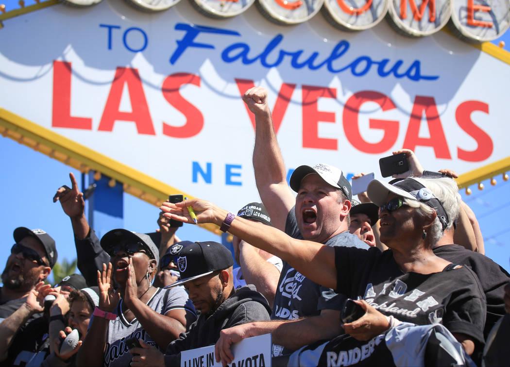 Fans aplauden mientras el gobernador de Nevada: Brian Sandoval lee la selección número 129 en el draft de la NFL, seleccionando a David Sharpe, tackle ofensivo de la Universidad de Florida, dura ...