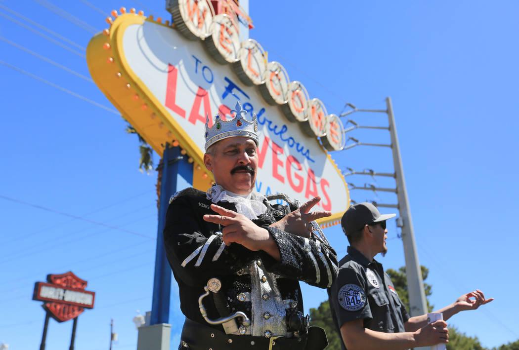 Mark McGrath, vestido como un rey pirata, durante una fiesta del día del sorteo para los Raiders en el cartel de bienvenida a Las Vegas el sábado 29 de abril de 2017 en Las Vegas. Originalmente ...