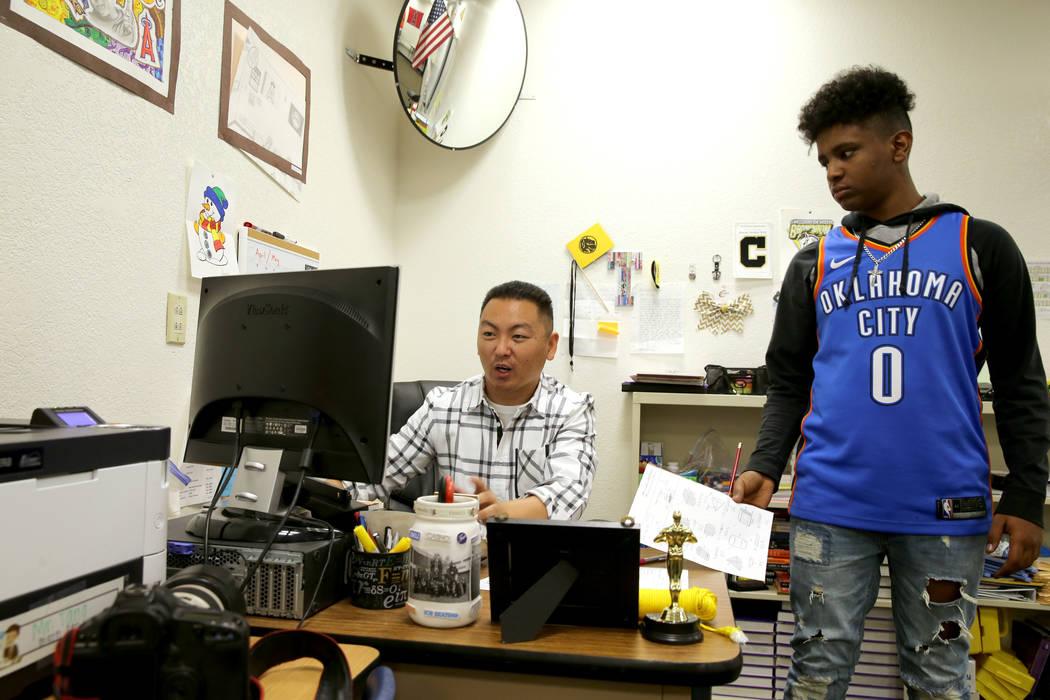 El maestro Charlie Tang de la Escuela Clark High se reúne con el alumno Kidus Gebremichael al final de la clase el martes 24 de abril de 2018. K.M. Cannon Las Vegas Review-Journal @KMCannonPhoto