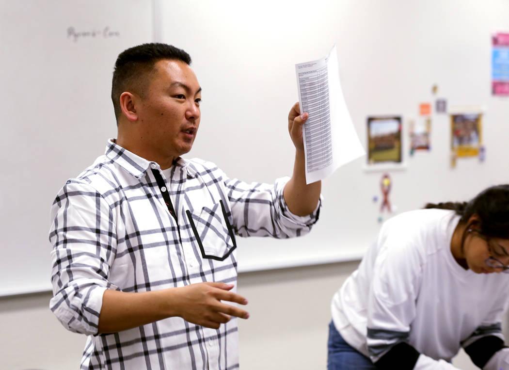 El maestro Charlie Tang de la Escuela Clark High concluye la clase de geometría el martes 24 de abril de 2018. K.M. Cannon Las Vegas Review-Journal @KMCannonPhoto