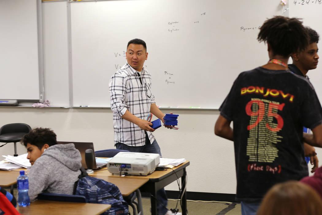 El maestro de Clark High School Charlie Tang reúne calculadoras después de la clase de geometría el martes, 24 de abril de 2018. K.M. Cannon Las Vegas Review-Journal @KMCannonPhoto
