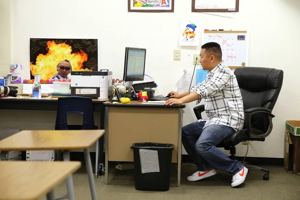Charlie Tang, maestro de la Escuela Clark High, concluye después de su última clase del día, el martes 24 de abril de 2018. K.M. Cannon Las Vegas Review-Journal @KMCannonPhoto