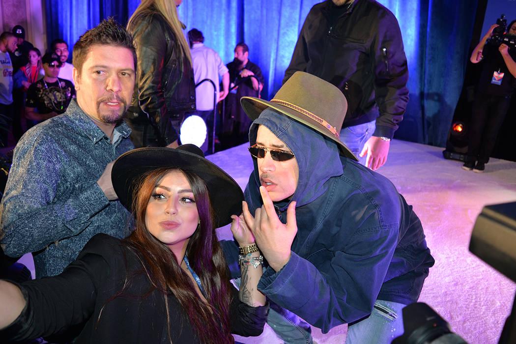 Selfies con los admiradores. Martes 24 de abril en el Marcello Ballroom del hotel y casino Venetian. (Foto Frank Alejandre / El Tiempo)