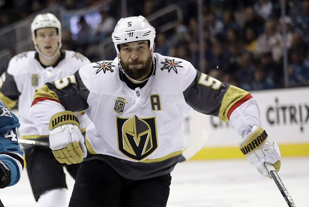 Deryk Engelland de Las Vegas Golden Knights (5) juega contra los San José Sharks durante el segundo período de un juego de hockey de la NHL el jueves 22 de marzo de 2018 en San José, California ...