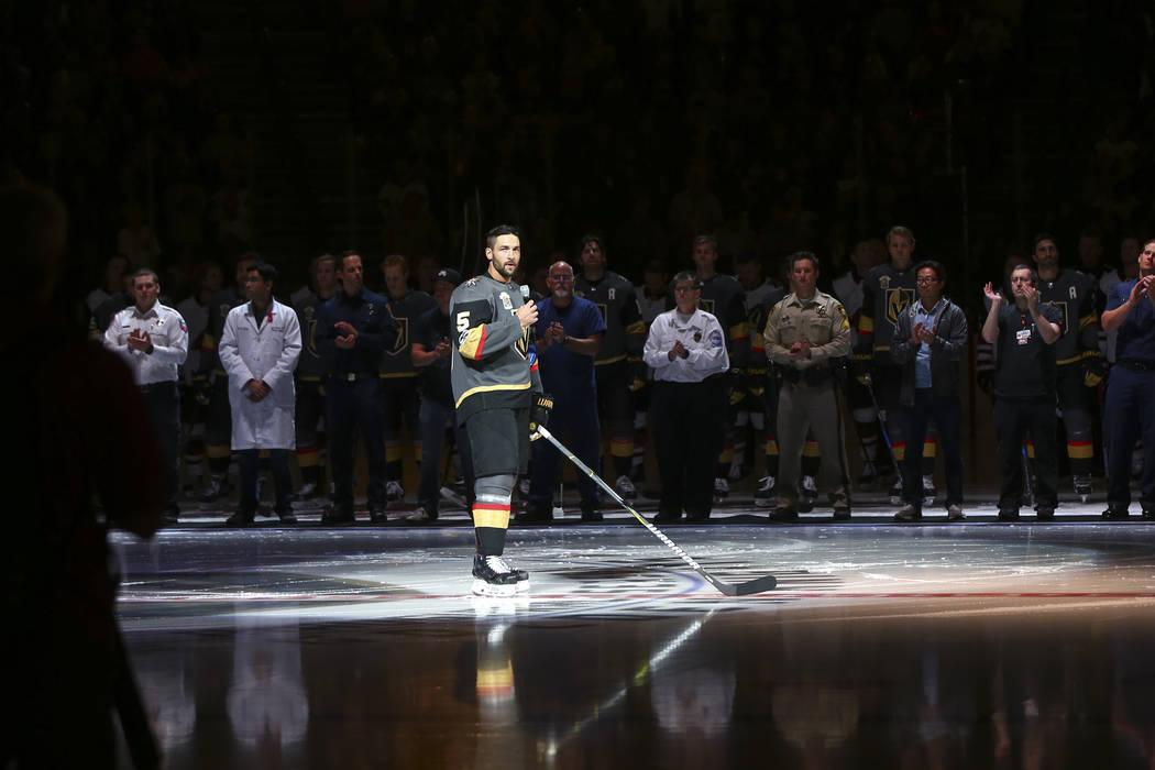 Deryk Engelland (5) de Los Vegas Golden Knights, habla ante un juego de hockey de la NHL entre los Vegas Golden Knights y los Coyotes de Arizona en la Arena T-Mobile en Las Vegas el martes 10 de o ...