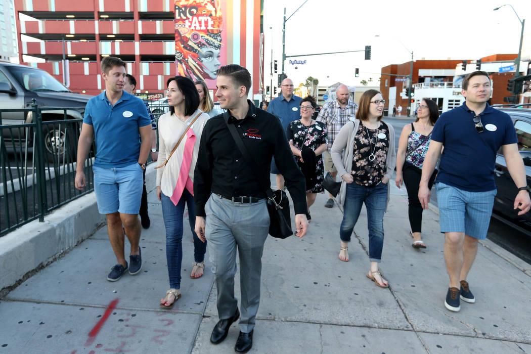 El presidente de Lip Smacking Foodie Tours: Donald Contursi, tercero desde la izquierda, encabeza un grupo en la Calle Seventh al restaurante 7th & Carson en el centro de Las Vegas el viernes 20 d ...