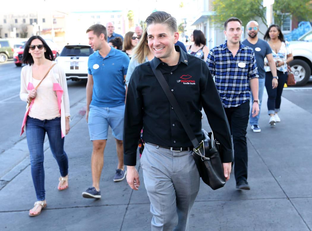 El presidente de Lip Smacking Foodie Tours: Donald Contursi, a la izquierda, lidera un grupo después de una parada de alimentos y bebidas en Carson Kitchen en el centro de Las Vegas el viernes 20 ...