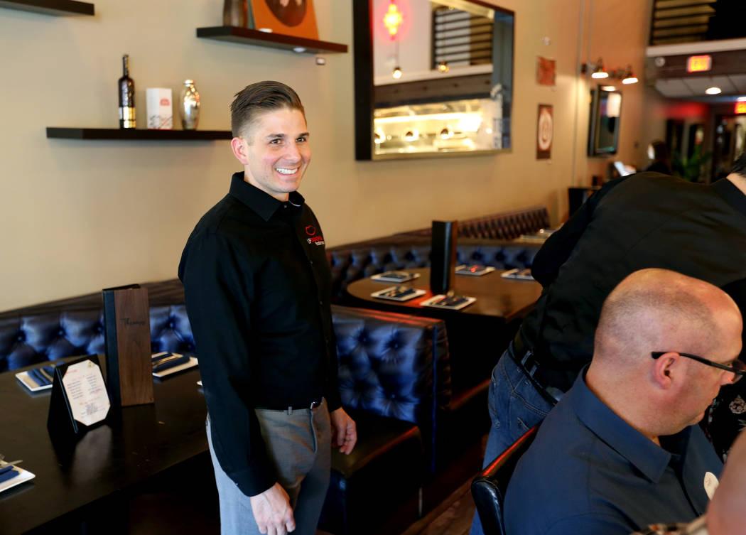 El presidente de Lip Smacking Foodie Tours: Donald Contursi, izquierda, con un grupo durante una parada de comida y bebida en Therapy en el centro de Las Vegas el viernes 20 de abril de 2018. K.M. ...