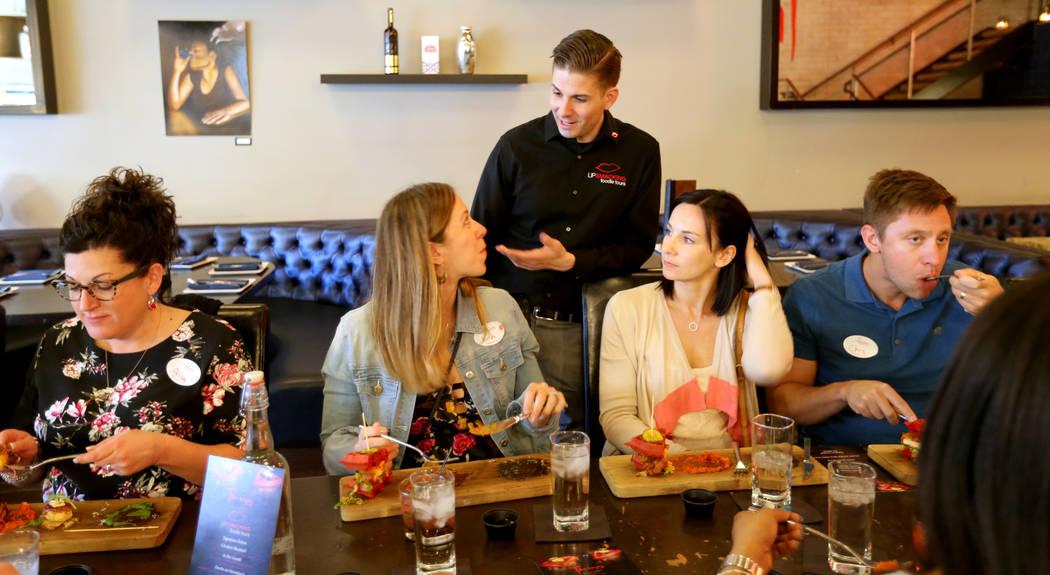 El presidente de Lip Smacking Foodie Tours: Donald Contursi, de pie, con, desde la izquierda, Alison O'Neill, Kira Stasiuk, Melissa Stasiuk y Chris Stasiuk durante una parada de comida y bebida en ...