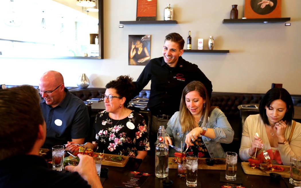 El presidente de Lip Smacking Foodie Tours: Donald Contursi, de pie, con, desde la izquierda, Greg O'Neill, Alison O'Neill, Kira Stasiuk y Melissa Stasiuk durante una parada de comida y bebida en ...
