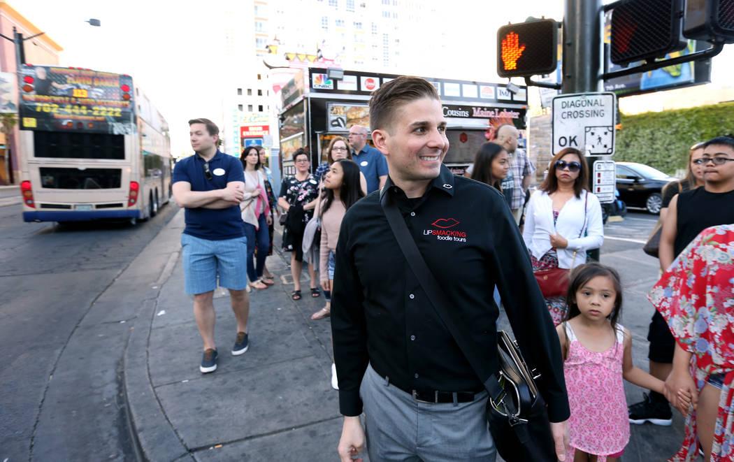 El presidente de Lip Smacking Foodie Tours: Donald Contursi, centro, con un grupo después de una parada de alimentos y bebidas en Therapy en el centro de Las Vegas el viernes 20 de abril de 2018. ...