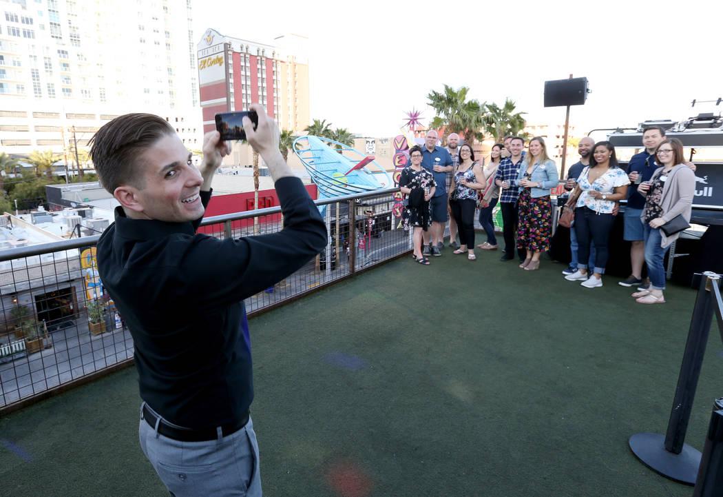 El presidente de Lip Smacking Foodie Tours: Donald Contursi, a la izquierda, toma una foto grupal durante una parada de bebidas en el patio de la azotea en Inspire, en el centro de Las Vegas, el v ...