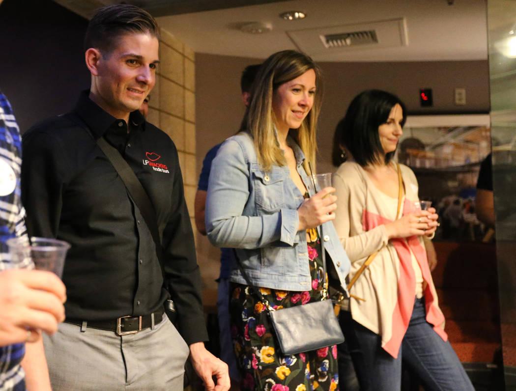 El presidente de Lip Smacking Foodie Tours: Donald Contursi, a la izquierda, con Kira Stasiuk, centro, y Melissa Stasiuk viendo un ensayo en el escenario durante una parada de bebidas en Inspire e ...