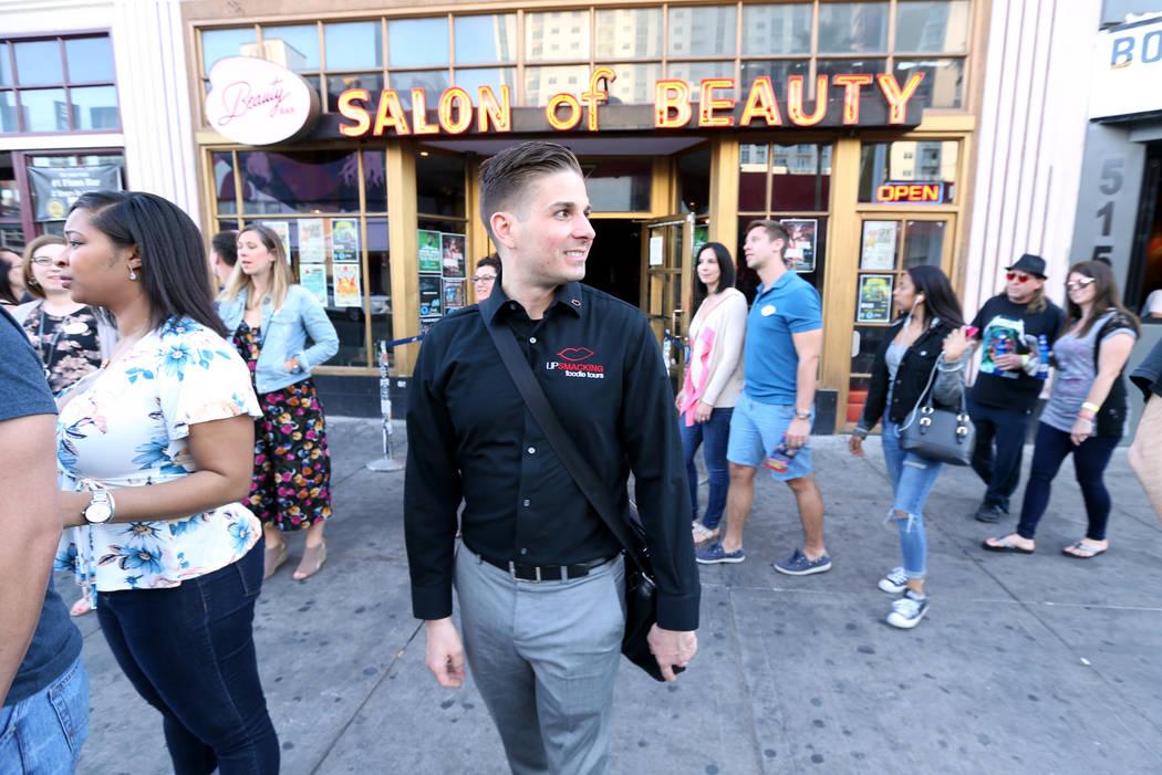 El presidente de Lip Smacking Foodie Tours: Donald Contursi, centro, lidera un grupo en Fremont East en el centro de Las Vegas el viernes 20 de abril de 2018. K.M. Cannon Las Vegas Review-Journal ...