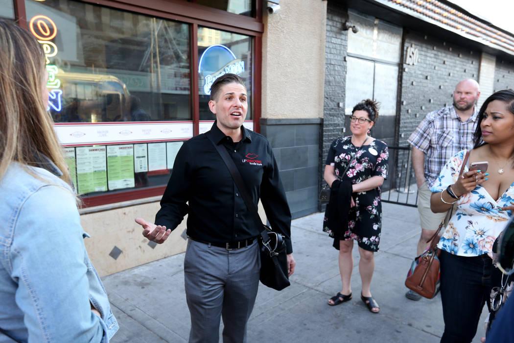 El presidente de Lip Smacking Foodie Tours: Donald Contursi, izquierda, lidera un grupo en The Market en Fremont East en el centro de Las Vegas el viernes 20 de abril de 2018. K.M. Cannon Las Vega ...