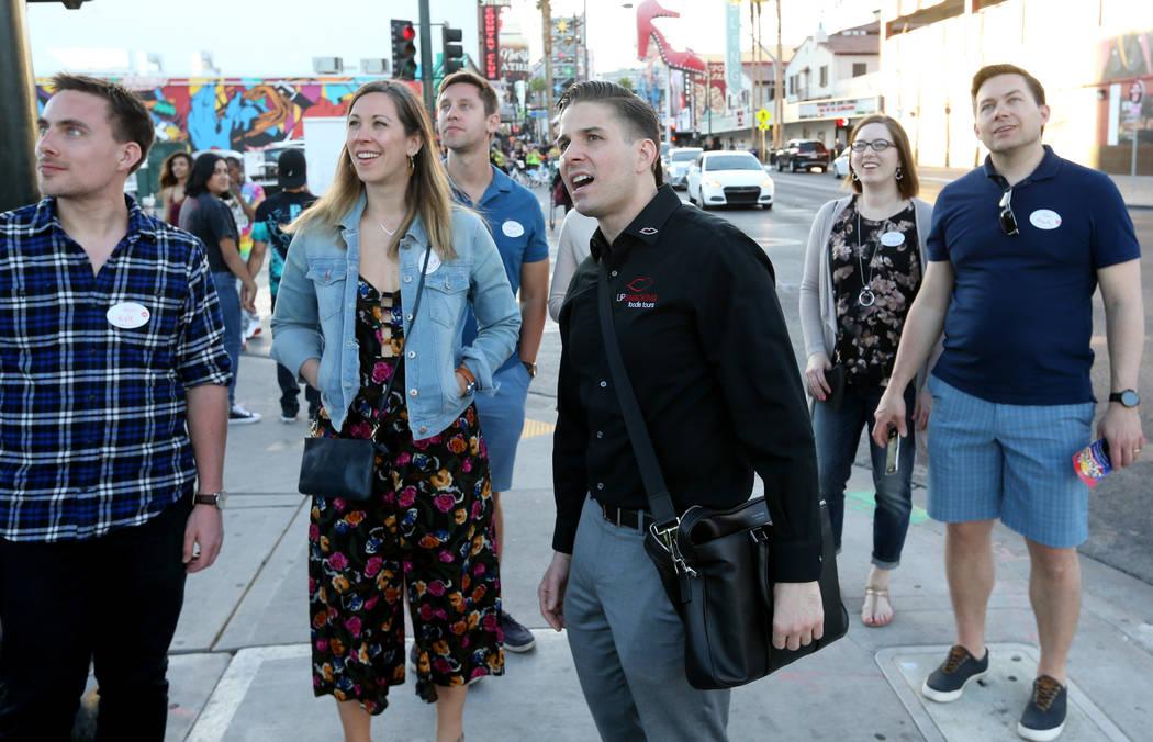 El presidente de Lip Smacking Foodie Tours: Donald Contursi, ttercero por la derecha, lidera un grupo enfrente del Downtown Container Park en Las Vegas el viernes 20 de abril de 2018. Con Contursi ...