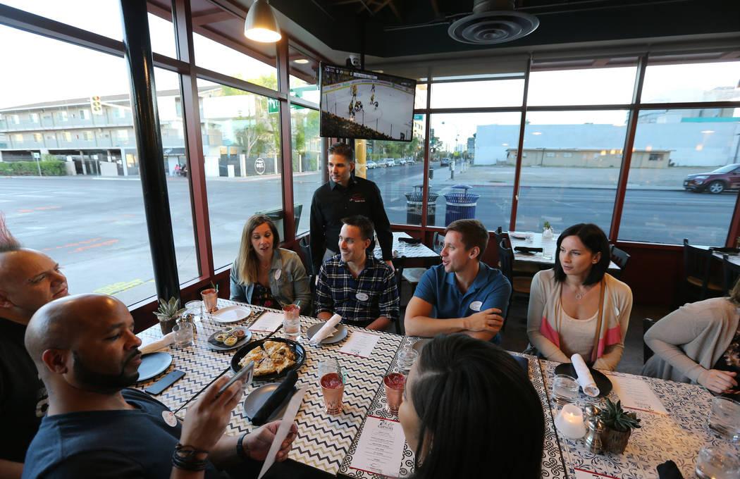 El presidente de Lip Smacking Foodie Tours: Donald Contursi, de pie hacia atrás, lidera un grupo en 7th & Carson en el centro de Las Vegas el viernes 20 de abril de 2018. K.M. Cannon Las Vegas Re ...