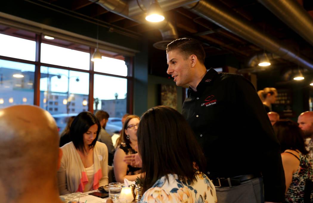 El presidente de Lip Smacking Foodie Tours: Donald Contursi, de pie, lidera un grupo en 7th & Carson en el centro de Las Vegas el viernes 20 de abril de 2018. K.M. Cannon Las Vegas Review-Journal ...