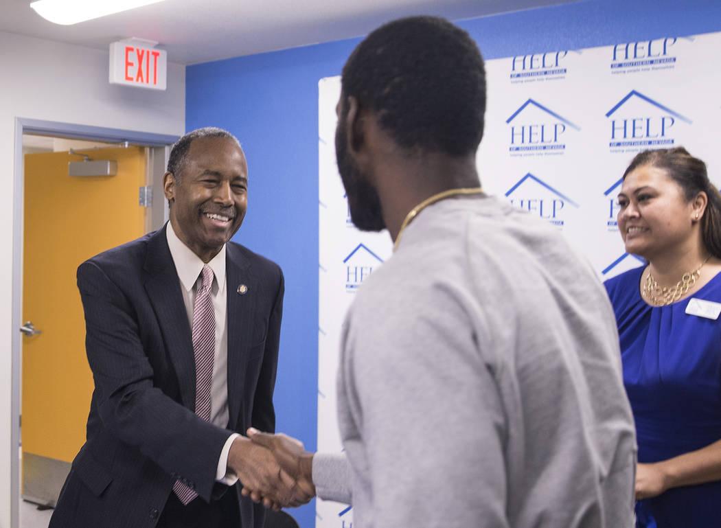 Ben Carson, izquierda, Secretario de Vivienda y Desarrollo Urbano, le da la mano al residente Toby O'Neal al concluir una mesa redonda en el Shannon West Center for Homeless Youth el miércoles 25 ...