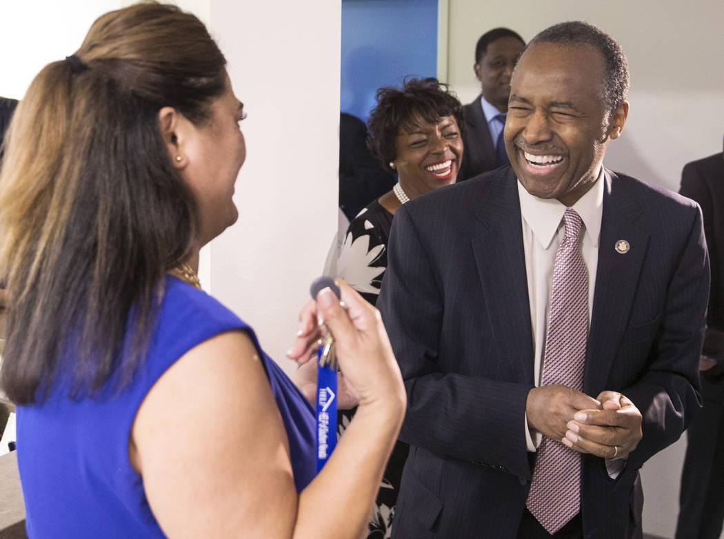 Ben Carson, a la derecha, Secretario de Vivienda y Desarrollo Urbano, se ríe con Fuilala Riley de HELP of Southern Nevada durante una gira por el Shannon West Center for Homeless Youth el miérco ...