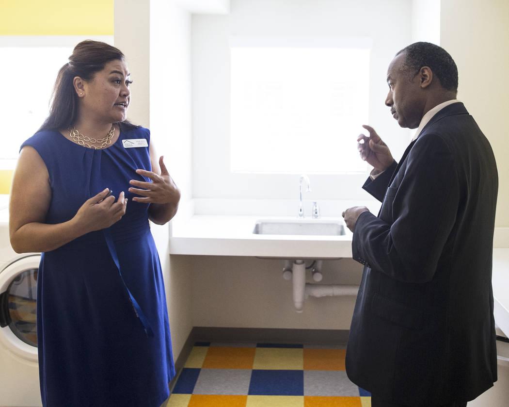 Ben Carson, a la derecha, Secretario de Vivienda y Desarrollo Urbano, habla con Fuilala Riley de HELP of Southern Nevada durante una visita al Shannon West Center for Homeless Youth el miércoles ...