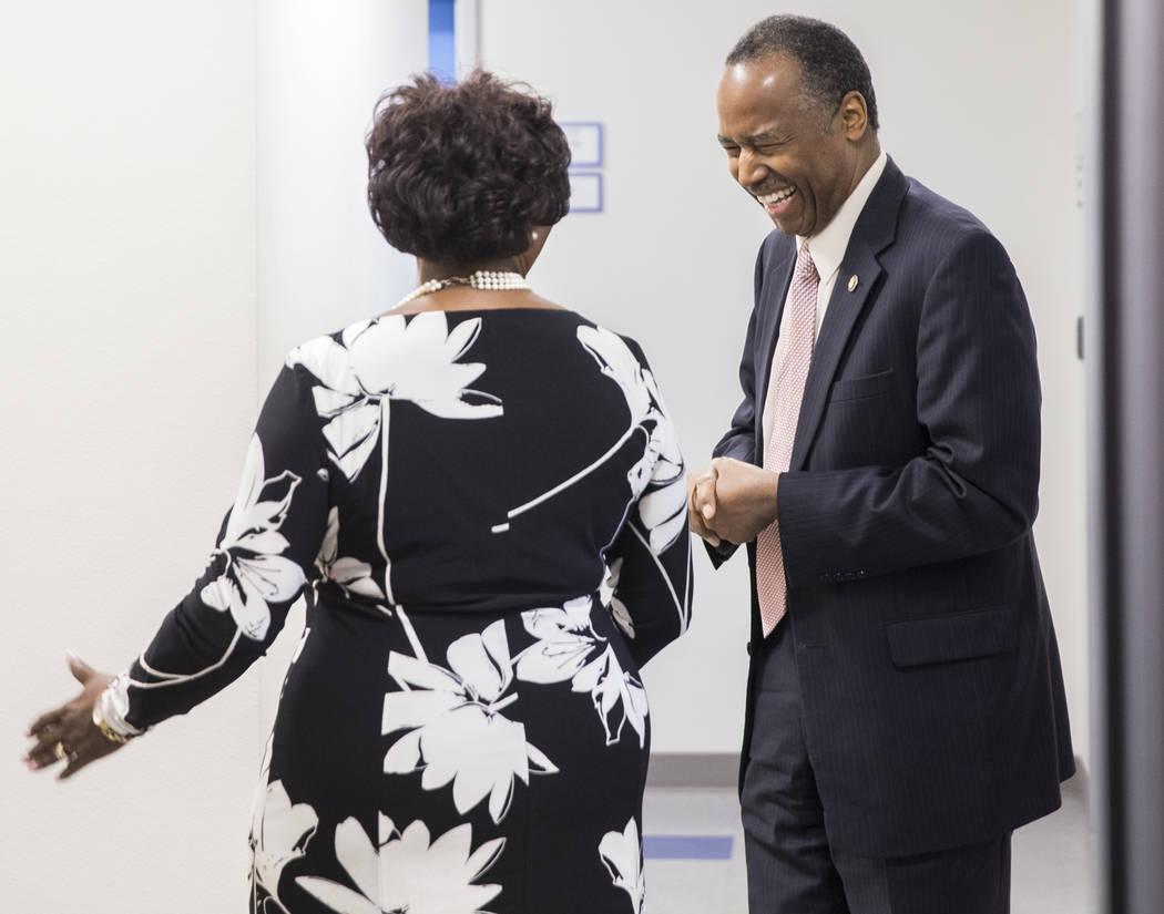 Ben Carson, a la derecha, Secretario de Vivienda y Desarrollo Urbano, comparte una sonrisa con Jerrie Merritt de HELP del sur de Nevada durante una gira por el Shannon West Center for Homeless You ...