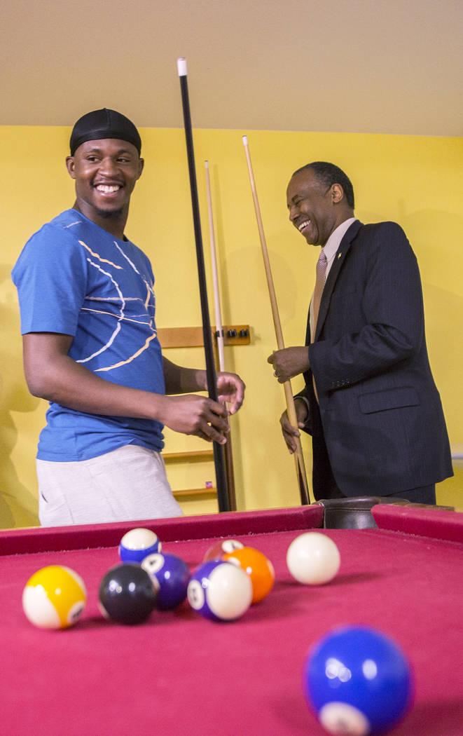 Ben Carson, a la derecha, Secretario de Vivienda y Desarrollo Urbano, juega con el residente Terrance McCoy durante una visita al Shannon West Center for Homeless Youth el miércoles 25 de abril d ...