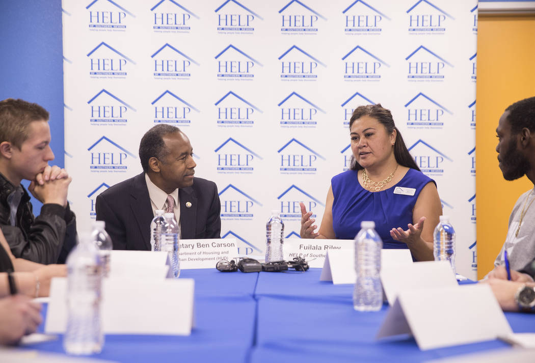 Ben Carson, izquierda, Secretario de Vivienda y Desarrollo Urbano, escucha a Fuilala Riley de HELP of Southern Nevada durante una mesa redonda en el Shannon West Center for Homeless Youth el miér ...