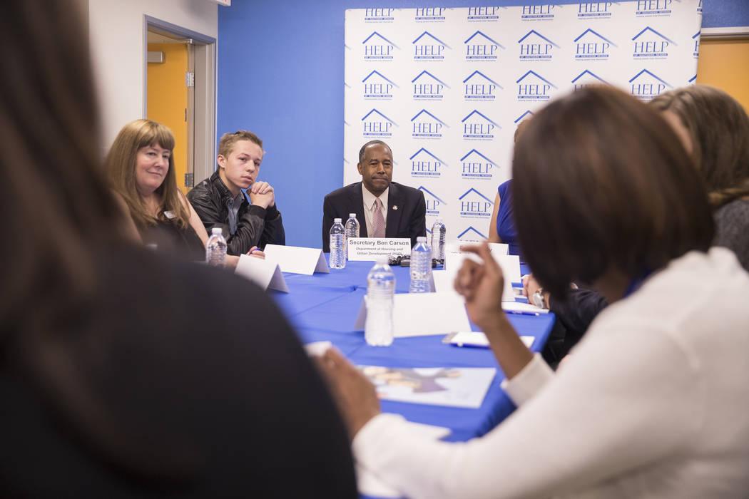 Ben Carson, en medio, el Secretario de Vivienda y Desarrollo Urbano, participa en una mesa redonda en el Shannon West Center for Homeless Youth el miércoles 25 de abril de 2018 en Las Vegas. Benj ...