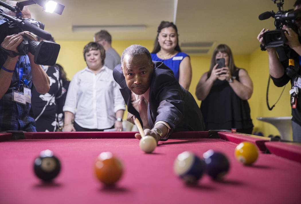 Ben Carson, Secretario de Vivienda y Desarrollo Urbano, juega billar con el residente Terrance McCoy durante un recorrido por el Shannon West Center for Homeless Youth el miércoles 25 de abril de ...